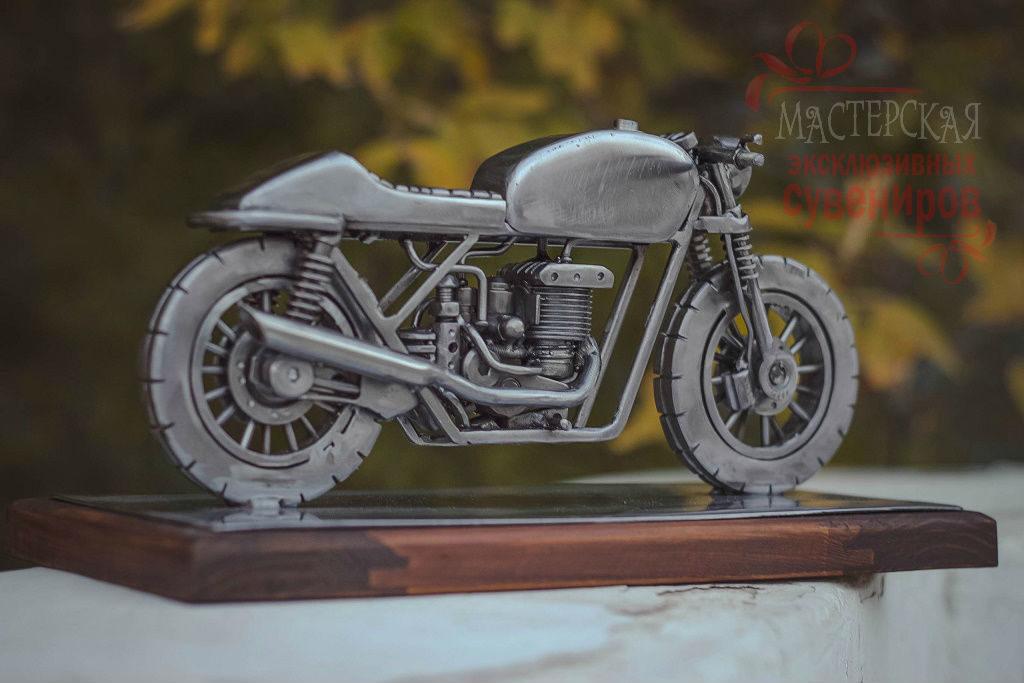 железный мотоцикл в миниатюре